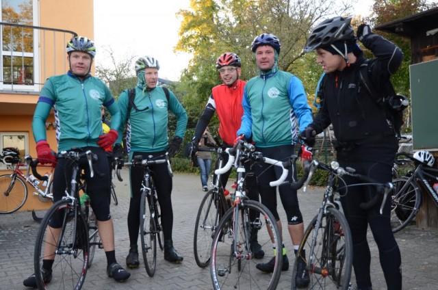 Die Velofriesen im Ziel, Wassersportheim Berlin-Gatow (Foto: Audax-Club SH)