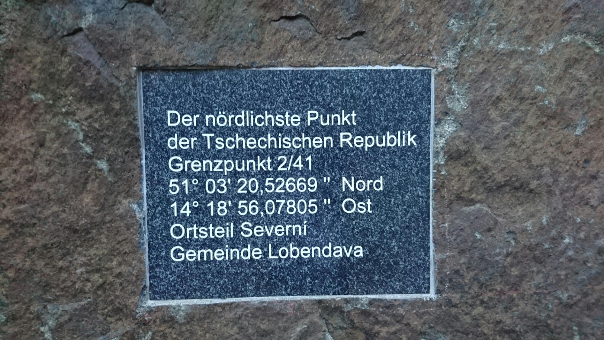 Tafel am Denkstein auf »deutscher« Seite.