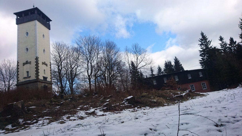 Aussichtsturm und Bergbaude auf dem Bieleboh.