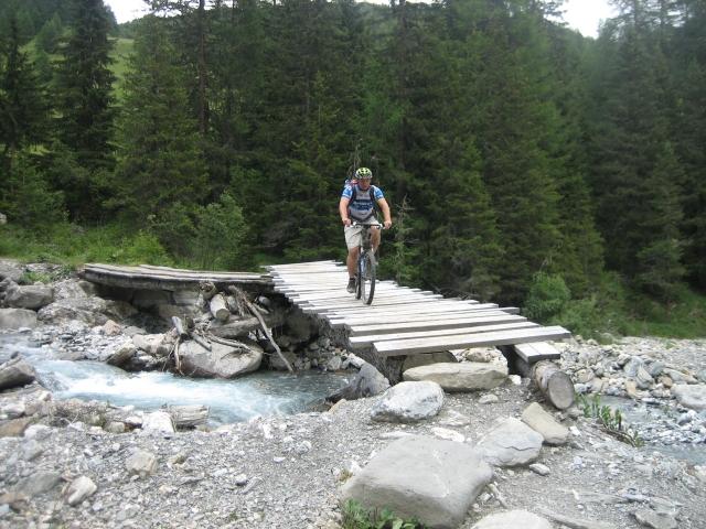 Solide Bachbrücke auf dem Weg ins Engadin