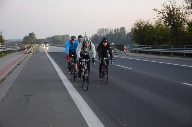 Die Velofriesen auf der Geesthachter Brücke (Foto: Audax-Club SH)