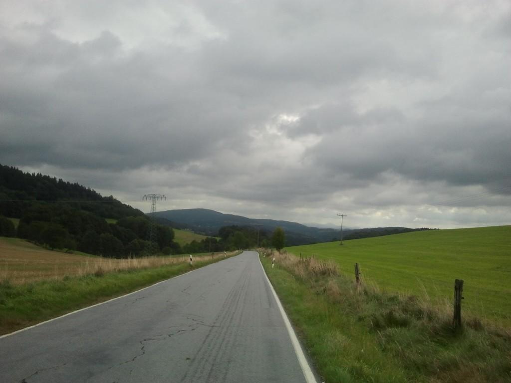 Wetterinfo: weniger Sonne als im Vorjahr und etwas Niederschlag sollte aus den Wolken auch noch fallen - Gegend bei Sebnitz