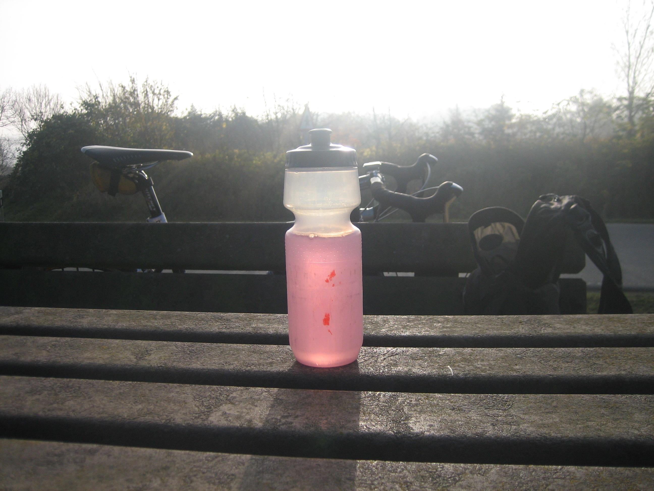 Pause bei Klein Wittensee, das Getränk ist auch ohne alkoholische Zusätze flüssig.