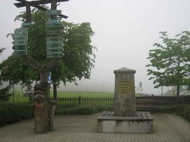 Masserberg: Rennsteig-Denkmal; bis zum Ende in Blankenstein an der Saale 70,1 km.